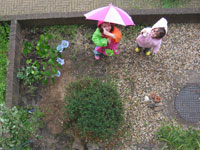 Leora en Rosalie in het voortuintje